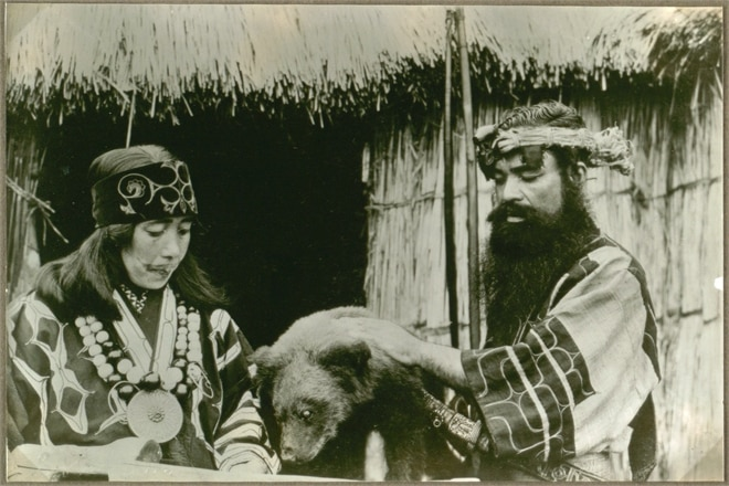 Ainu-Pärchen mit Bär © By National Museum of Denmark from Denmark via Wikimedia Commons