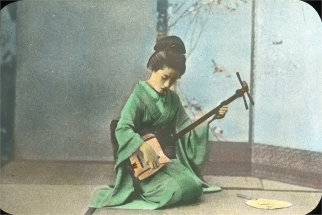 Geisha mit Shamisen © By OSU Special Collections & Archives : Commons - Geisha Girl Playing the SamisenUploaded by inkwina, No restrictions, Link