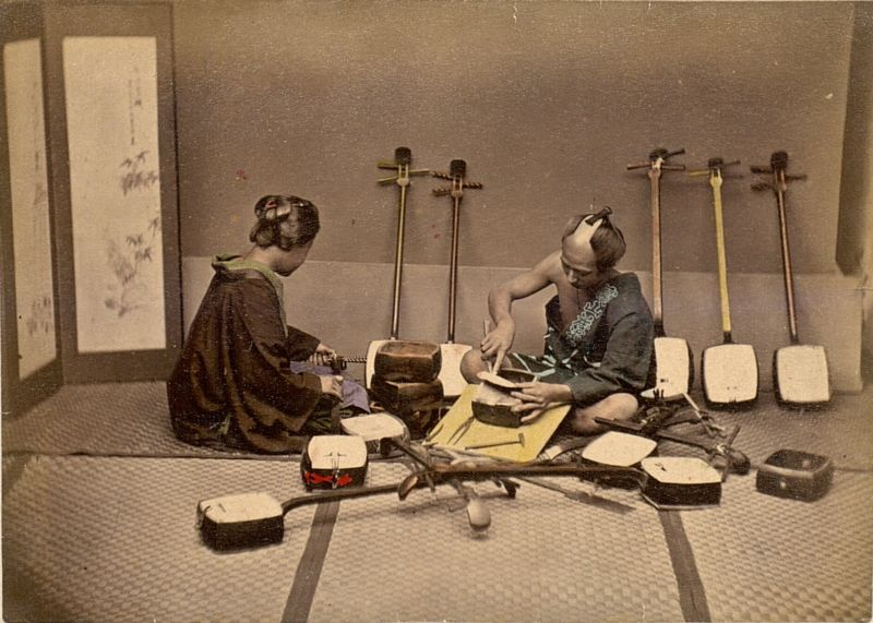 Shamisenherstellung © By Wolcott, Katherine - http://cdi.uvm.edu/collections/getCollection.xql?pid=japanesetourist&rows=1&start=77, Public Domain, Link